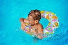 使用在游泳池大海的愉快的孩子  图库摄影