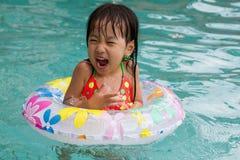 使用在游泳池的亚裔矮小的中国女孩 免版税库存照片