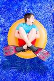 使用在游泳池的大声的喧闹的小男孩 库存图片