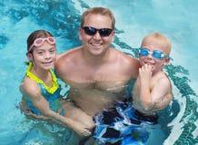 使用在游泳池的家庭 图库摄影