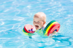 使用在游泳池的小男婴 库存照片