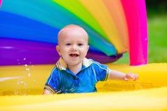 使用在游泳池的愉快的婴孩 库存照片