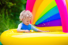 使用在游泳池的愉快的婴孩 免版税库存照片
