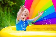 使用在游泳池的愉快的婴孩 免版税图库摄影