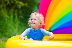 使用在游泳池的愉快的婴孩 免版税库存图片