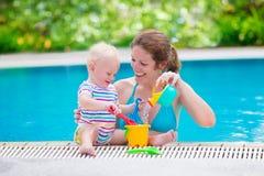 使用在游泳池的母亲和婴孩 免版税库存照片