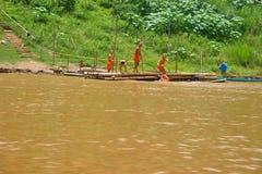 使用在湄公河的新手和尚在琅勃拉邦,老挝 库存图片