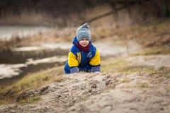 使用在湖岸的小男孩 库存图片