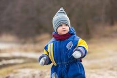 使用在湖岸的小男孩 免版税库存照片