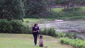 使用在湖的狗和妇女 影视素材