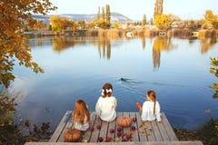 使用在湖附近的孩子在秋天 免版税库存照片