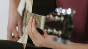 使用在演播室的吉他弹奏者的特写镜头 股票录像