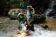 使用在瀑布附近的孩子 库存图片