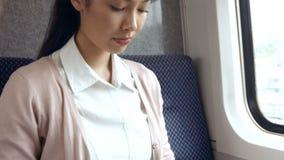 使用在火车的女实业家膝上型计算机 影视素材