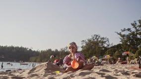 使用在热带海滩的沙子的美丽的女孩在4K 股票视频