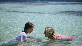 使用在热带海的母亲和女儿 影视素材