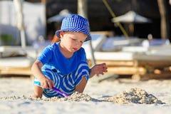使用在热带海滩的小男孩 免版税图库摄影
