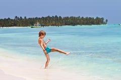 使用在热带海滩的海洋的小男孩 库存图片