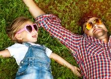 使用在爱的公园的父亲和女儿 库存照片