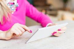 使用在片剂计算机上的妇女互联网在咖啡馆 免版税库存照片