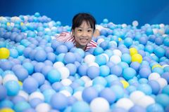 使用在球水池的亚裔中国小女孩 图库摄影
