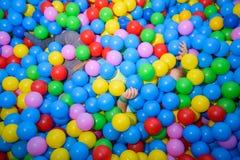 使用在球水池的孩子  免版税库存图片
