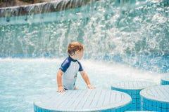 使用在用浆划的水池的男孩夏令时 免版税库存照片