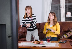 使用在电视控制台的姐妹 免版税库存照片