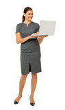 使用在白色背景的女实业家膝上型计算机 免版税库存图片