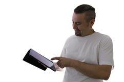 使用在白色背景的微笑的人膝上型计算机 免版税库存图片