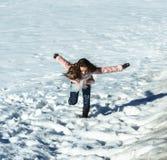 使用在白色雪的逗人喜爱的十几岁的女孩 免版税图库摄影