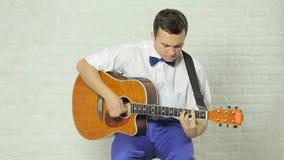 使用在的一把专业吉他的特写镜头 影视素材