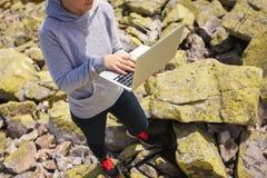 使用在石头的膝上型计算机 免版税图库摄影