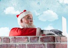 使用在砖墙上的圣诞老人膝上型计算机 免版税库存图片