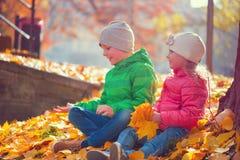 使用在秋天公园的愉快的孩子 库存图片