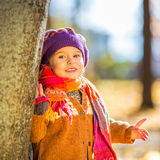 使用在秋天公园的愉快的小女孩 免版税库存图片