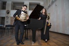 使用在管乐器的两位音乐家 免版税库存图片
