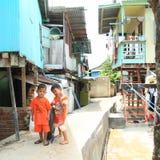 使用在纳闽Bajo街道上的孩子  免版税库存照片