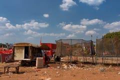 使用在绷床的孩子在音乐场面区域在柬埔寨啤酒事件以后集会 免版税库存图片
