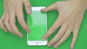 使用在绿色屏幕上的巧妙的电话有各种各样的手势的, vertikal,接近-绿色屏幕 股票视频