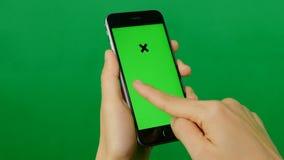 使用在绿色背景的女实业家一种空白的绿色屏幕片剂 影视素材