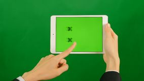 使用在绿色背景的女实业家一种空白的绿色屏幕片剂 股票视频