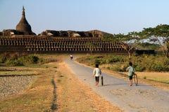 使用在缅甸& x28的Koe-thaung寺庙前面的孩子; Burma& x29; Mrauk U 免版税库存照片