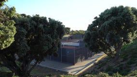 使用在网球场的女孩 Pepperdine大学网球场 在日落的温暖的夏天晚上在马利布加利福尼亚 股票录像