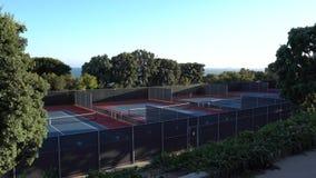 使用在网球场的女孩 Pepperdine大学网球场 在日落的温暖的夏天晚上在马利布加利福尼亚 股票视频