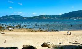 使用在美丽的风景芭东区海滩的孩子 天空晴朗在夏天,著名吸引力在泰国的普吉岛海岛 免版税库存图片