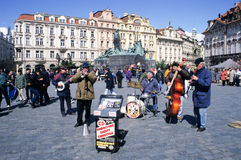 使用在老镇中心的人们音乐在布拉格 免版税图库摄影