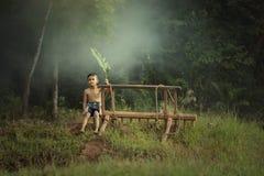 使用在自然的愉快的孩子在领域的多雨秋天天 免版税库存照片