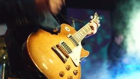 使用在舞台的吉他弹奏者 股票视频