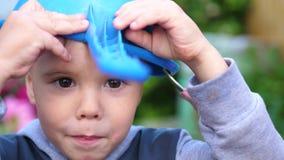 使用在草坪的一个小男孩在一个热的夏日 孩子获得乐趣和有效地花费他们的业余时间 愉快 影视素材